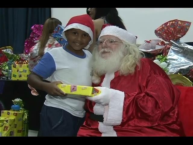 Natal Solidário: Papai Noel entrega presentes a crianças carentes na E